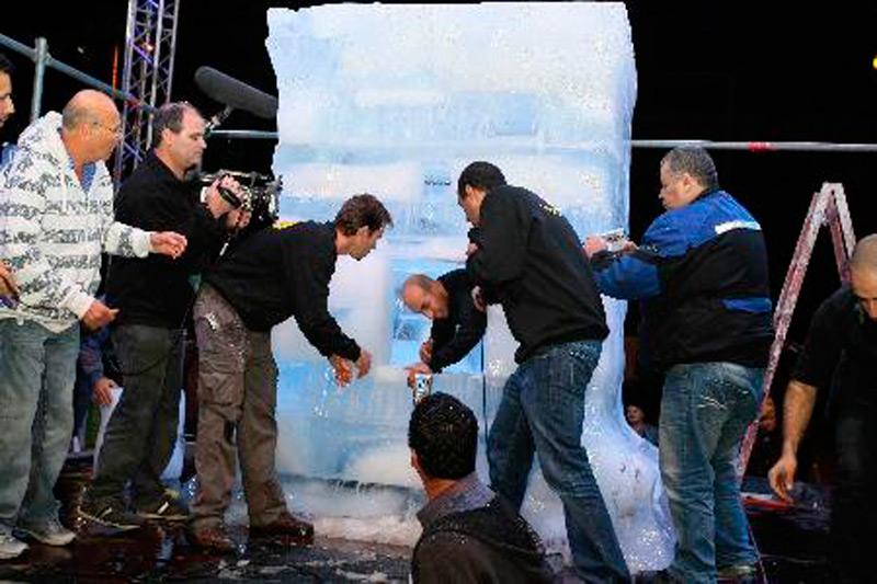 Хези Дин вылезает из ледяного куба