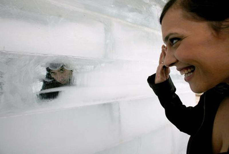 Хези Дин внутри ледяного куба