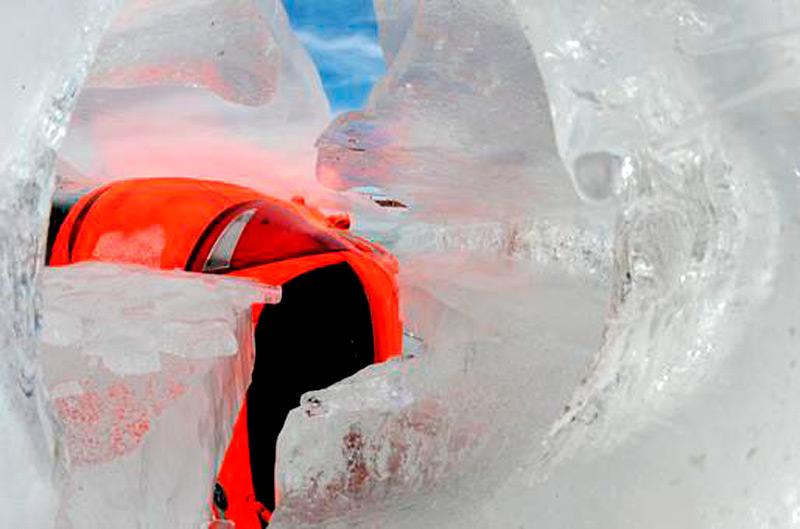 Тающий ледяной блок с вмороженным автомобилем