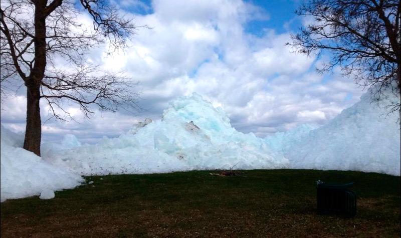 Вспучившийся лед у берегов озера