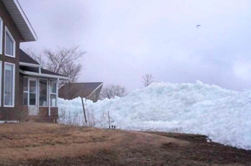 Постепенно лед добрался до первой линии домов