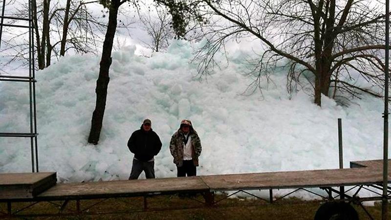 Горы льда вышедшие из озера