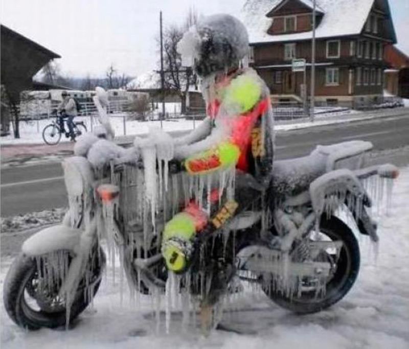 Замерзший мотоциклист