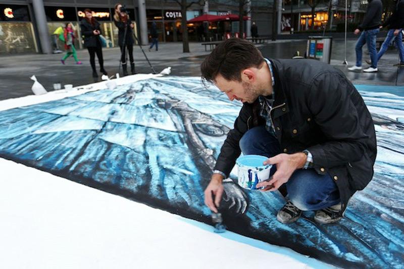 Художник Джо Хилл в процессе создания ледяной стены