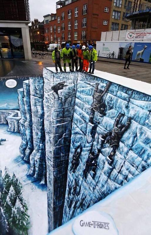 Стена из ледяных блоков на площади Лондона