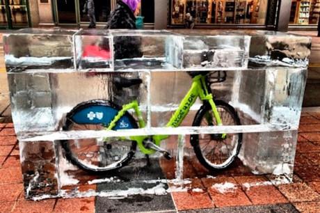 Велосипеды в ледяных блоках