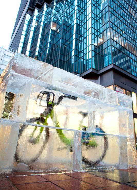 Ледяные кубы с велосипедами внутри в городе Миннеаполис