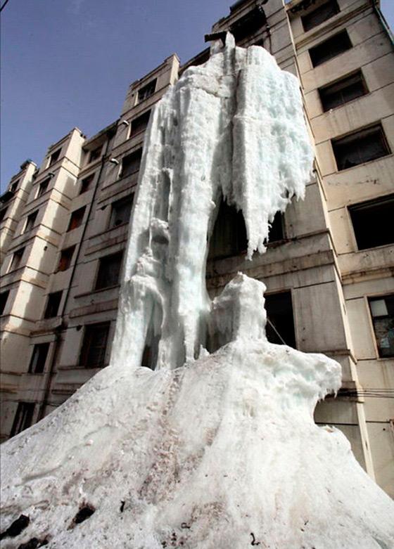 Ледяной водопад посреди городских улиц