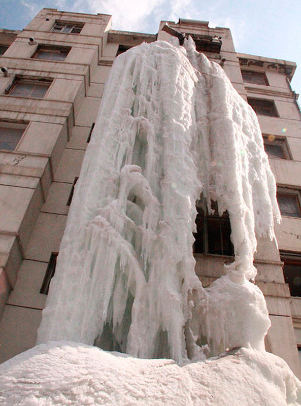 Вода стекала из окна 3 месяца и превратилась в настоящий айсберг