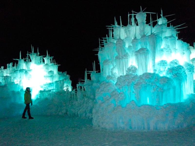 Ледяной замок подсвечивается в темное время