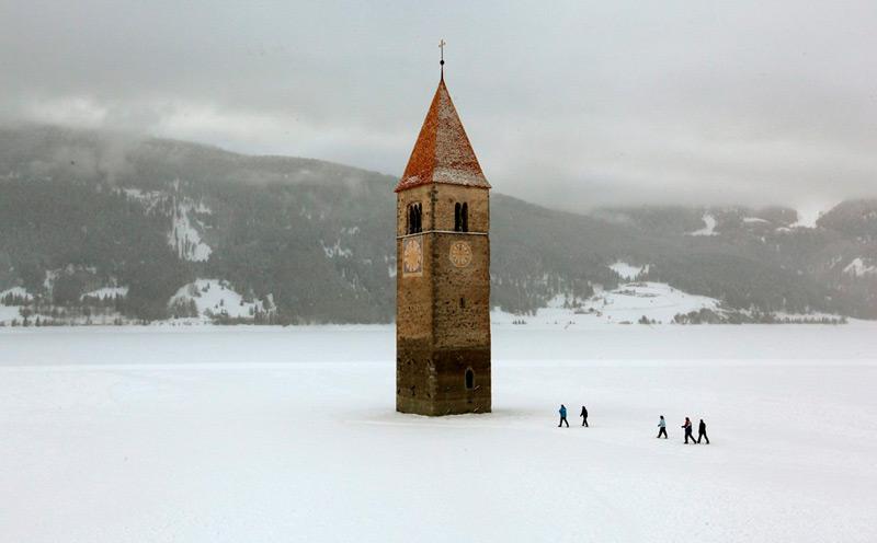 Подледный собор на зимнем озере