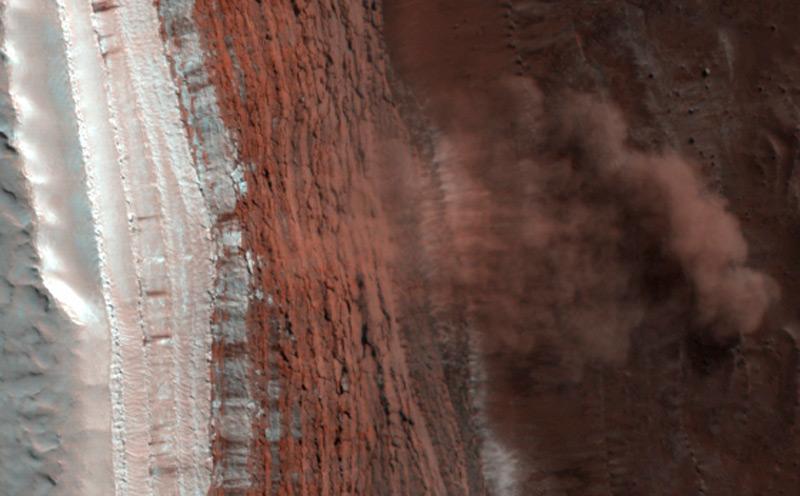 Илл. 8 - Лавина, сошедшая с края обрыва. Слева – снежно-ледяной покров