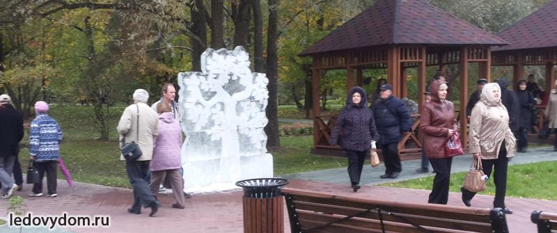 Дерево изо льда на празднике пожилого человека