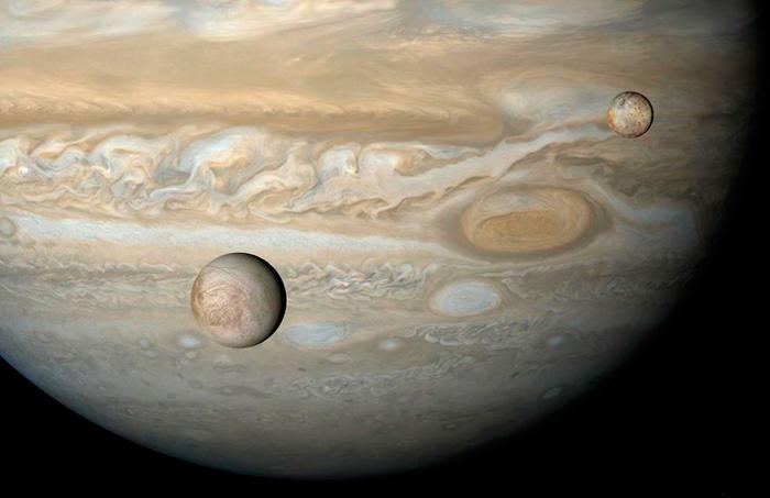 Илл.2. Спутники Европа и Ио на фоне Юпитера в художественная обработке Бьорна Джонссона, 2003 г.