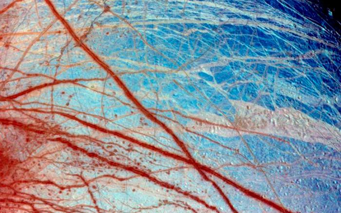 Илл.5. Фрагмент поверхности Европы, область Minos Linea. Цвета искусственно усилены. Белые и синие оттенки – лед различной степени зернистости.