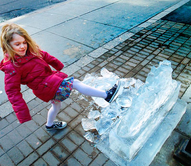 Девочка демонтирует ледяную скульптуру