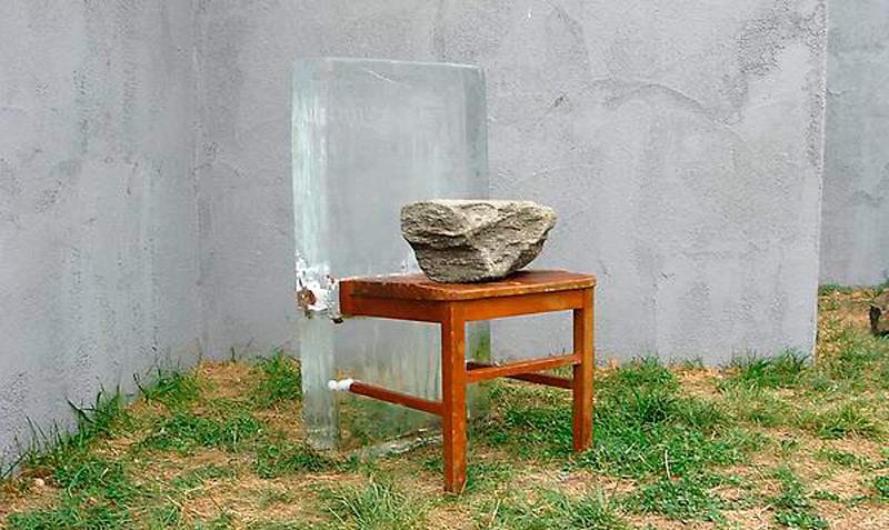 Ледяной блок, кусок стула, камень
