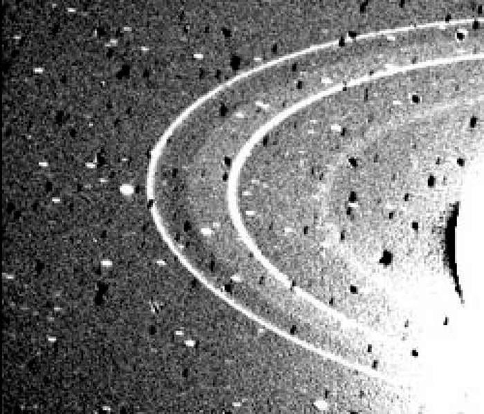 Илл. - 4. Кольца Нептуна. Фотография сделана с космического зонда Вояджер-2