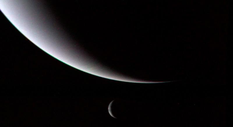 Илл-9. Ледяной гигант Нептун и его ледяной спутник Тритон