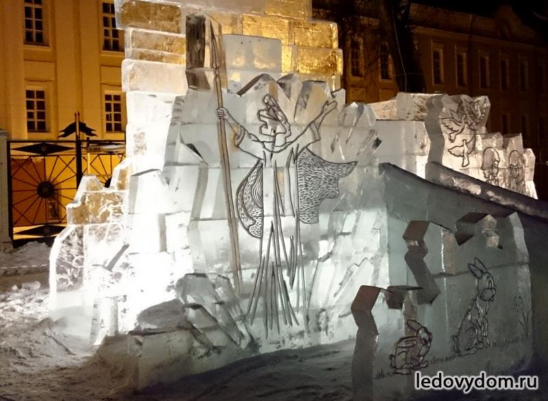 Снежная Королева на ледяной стеле