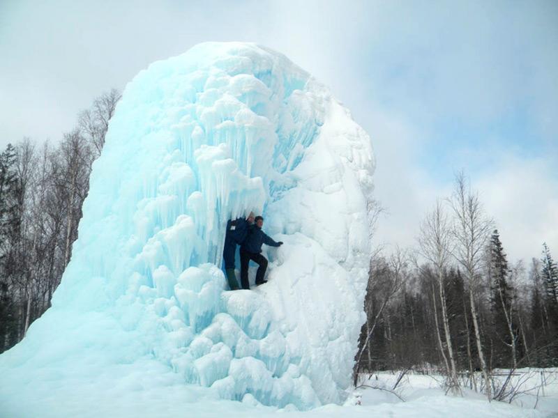 Фотосессия на фоне необычного ледяного сооружения
