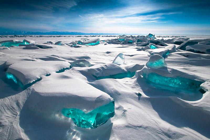Бирюзовый лед на Байкале