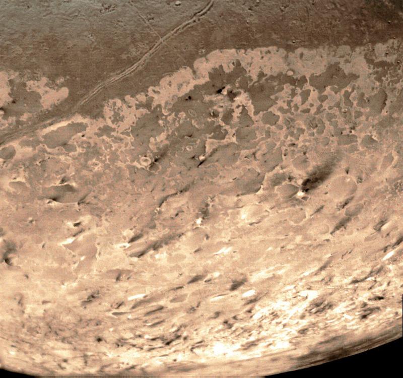 Илл.12. Ледяные извержения в южной части Тритона (фотоснимок со спутника)