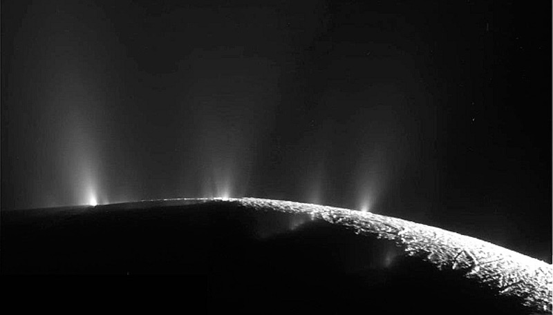 Илл.14. Ледяные извержения в южной части Энцелада (фото-1)