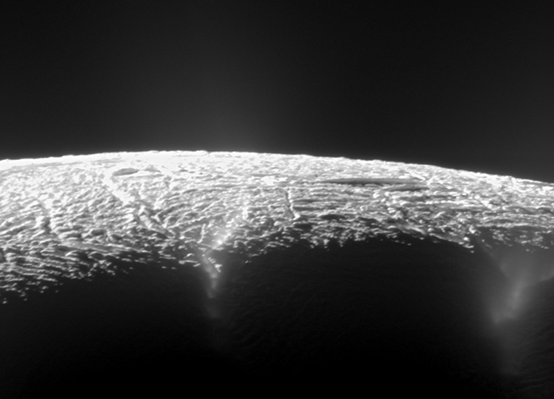 Илл.15. Ледяные извержения в южной части Энцелада (фото-2)