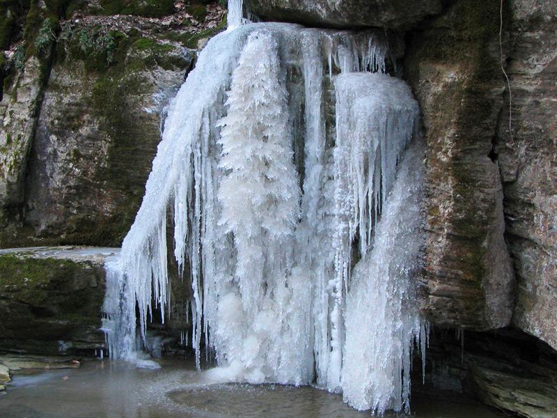 Водопад в горах.