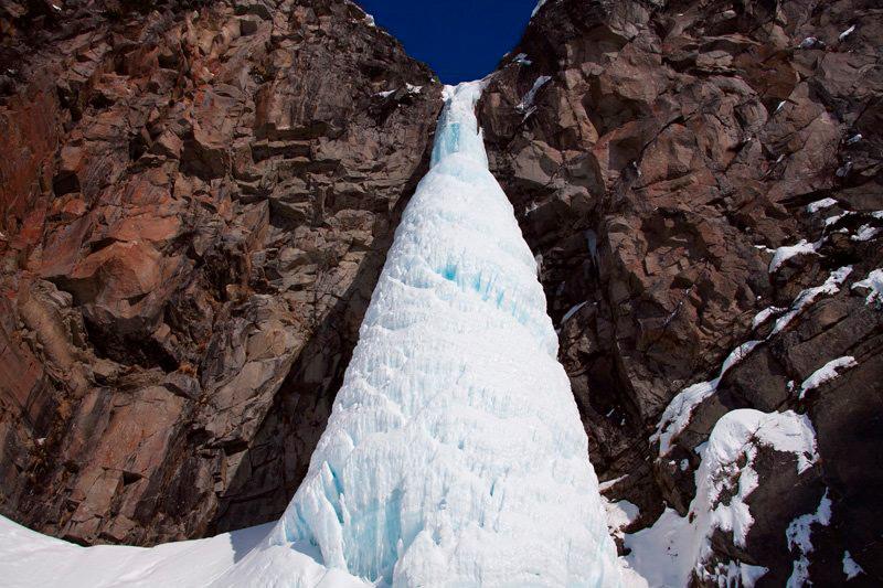 Замерзший водопад.