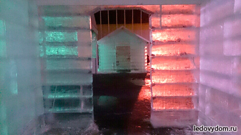 Внутри ледяной избушки