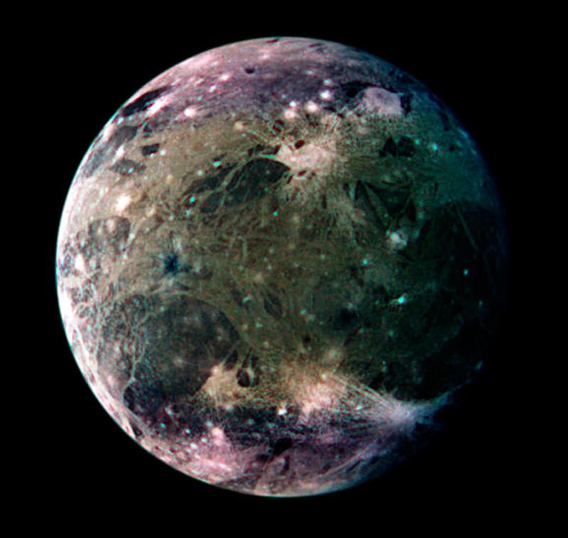 Илл.4. Ганимед, спутник Юпитера. Цвета искусственно усилены.