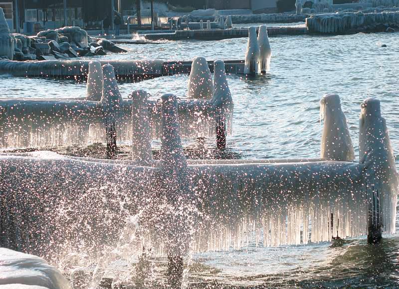 Ледяные покрывала с бахромой на пирсах