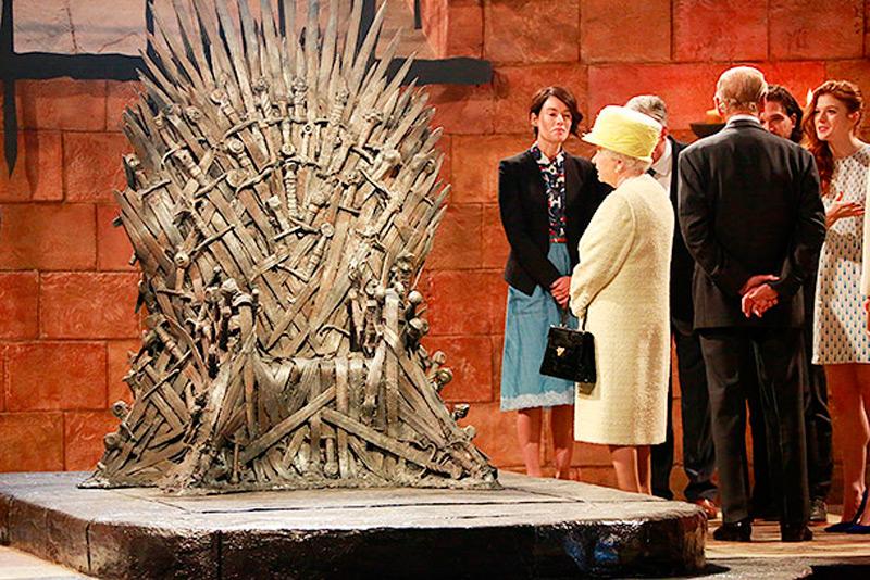 Елизавета Вторая рассматривает Железный трон