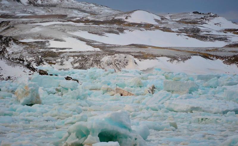 Давление льда затянуло яхту на дно