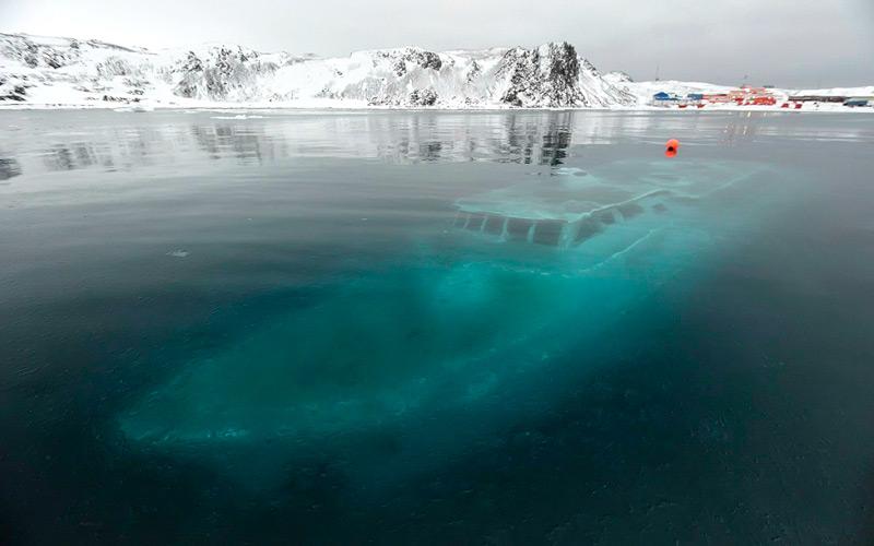 Знаменитые фото затонувшей яхты