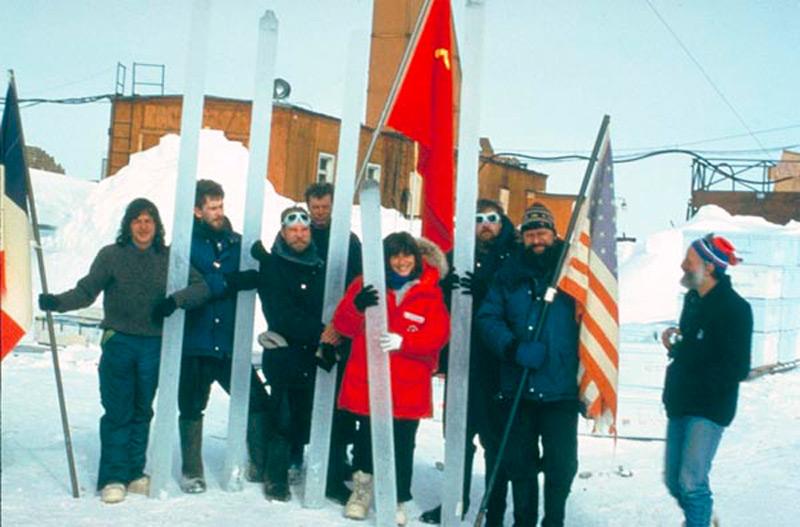 Группа ученых разных стран с ледяными кернами. Антарктида, начало 1990-х годов