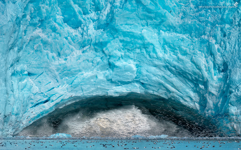 Брызги от падения ледяных глыб