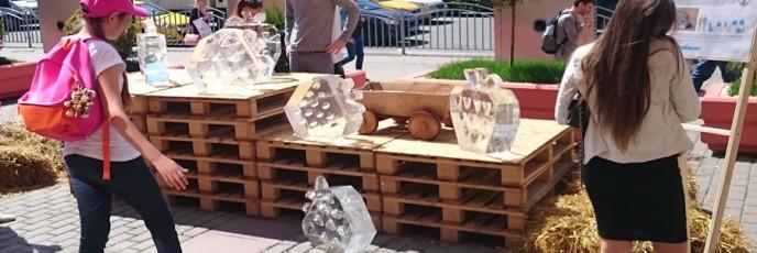 Ледяные скульптуры для фестиваля Земляничное дерево