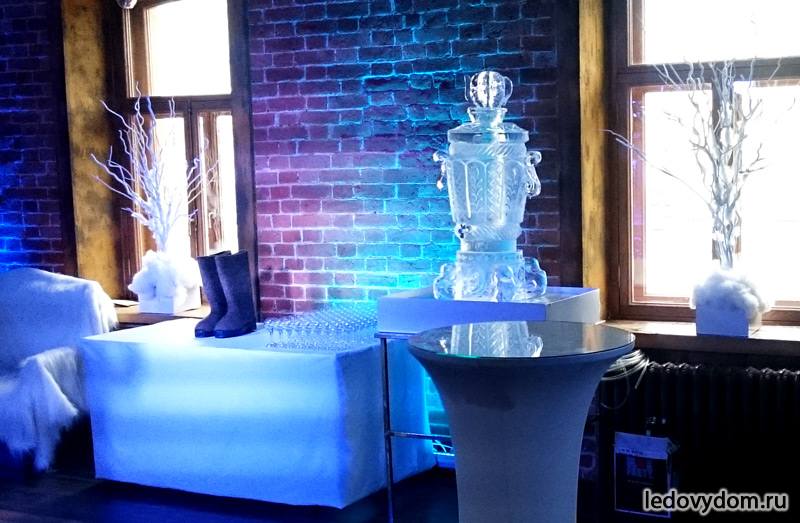 Ледяной самовар в интерьере яхт-клуба