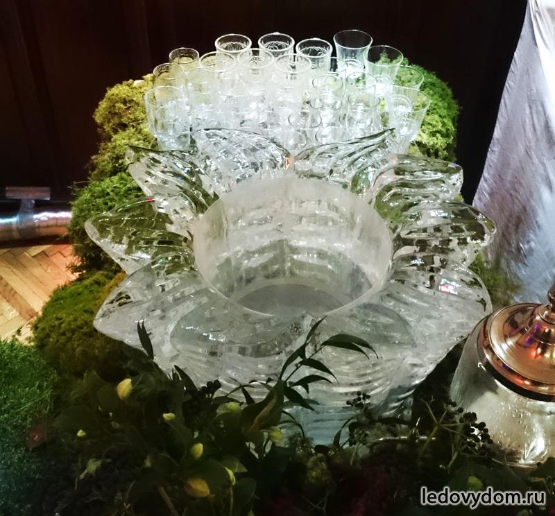 Ледяная скульптура в форме цветка