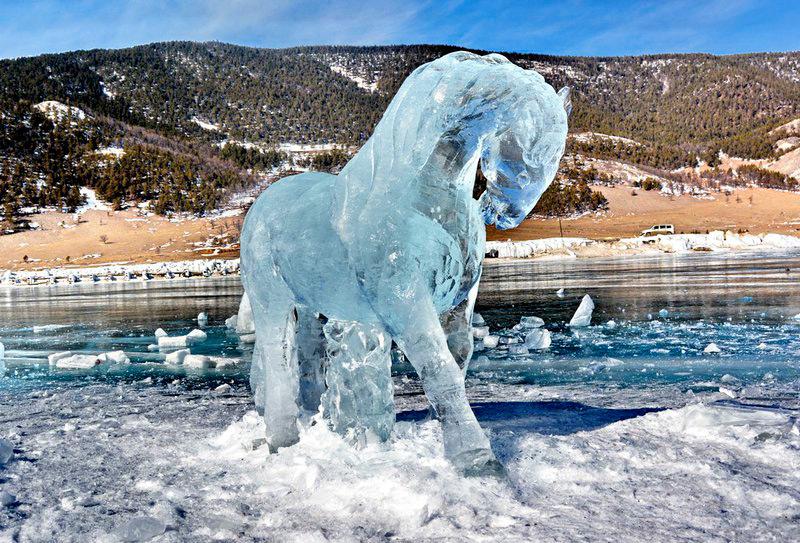 Лошадь изо льда