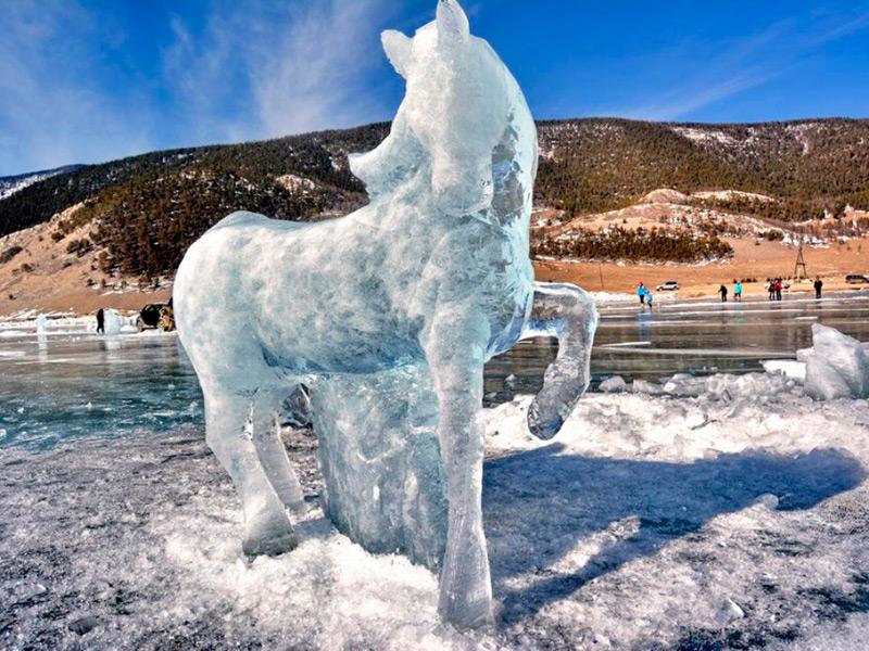 Ледяная скульптура в виде лошади