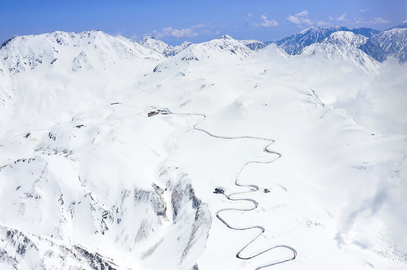 Дорога в окружении больших снегов