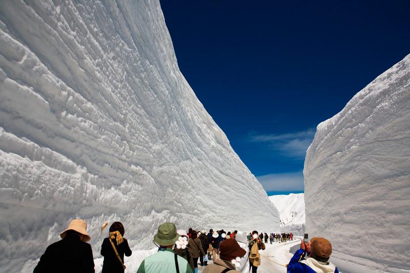 Стены из снега высотою более 20 метров