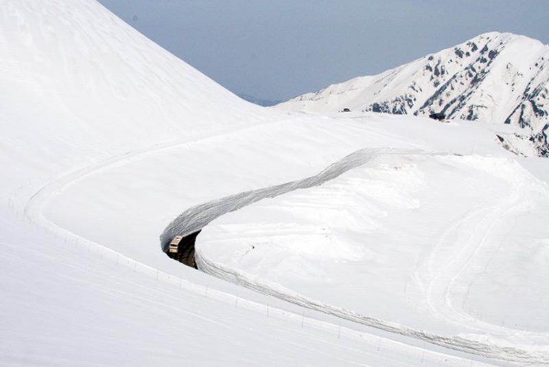 Дорога между снежных стен