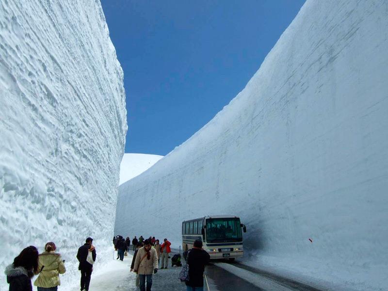 Тысячи туристов ежегодно приезжают посмотреть на снежные стены