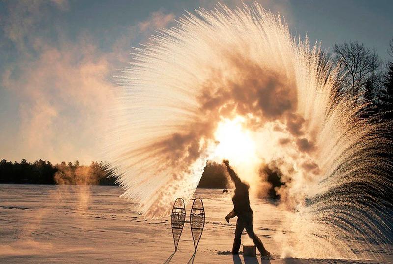 Илл.3 – Замерзание мельчайших капель кипятка при выплескивании его в воздух в сильный мороз.