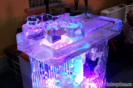 Ледяной бар с кленовыми листьями